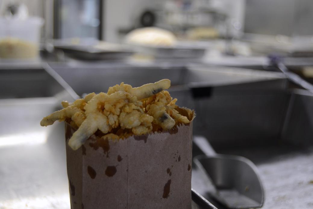Un sac de coques frites de Chez Léo. - Acadie Nouvelle: Jean-Marc Doiron