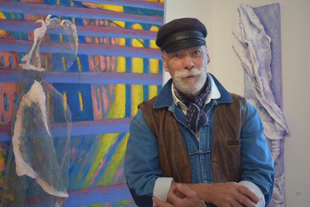 Cecil D Long devant deux de ses oeuvres à la galerie Apple Art. - Acadie Nouvelle: Sylvie Mousseau