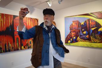 À l'image de ses oeuvres aux couleurs éclatantes, Cecil D Long est un créateur à la personnalité très colorée. - Acadie Nouvelle: Sylvie Mousseau