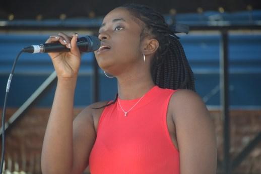 Une des membres du groupe Les 4 réalistes de Fredericton, en finale au concours Accros de la chanson. - Acadie Nouvelle: Sylvie Mousseau
