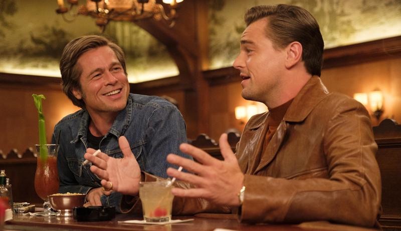 Cliff Booth (Brad Pitt) et Rick Dalton (Leonardo DiCaprio) dans une de leurs nombreuses discussions. - Gracieuseté