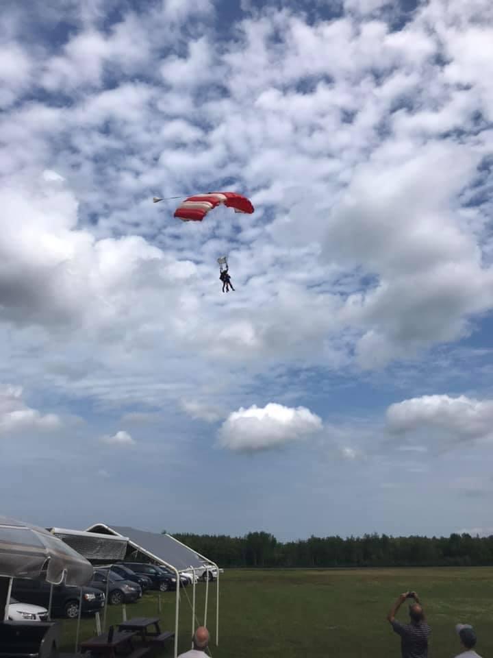 Thérèse Bourque a sauté en parachute, samedi, réalisant un rêve de longue date. - Gracieuseté