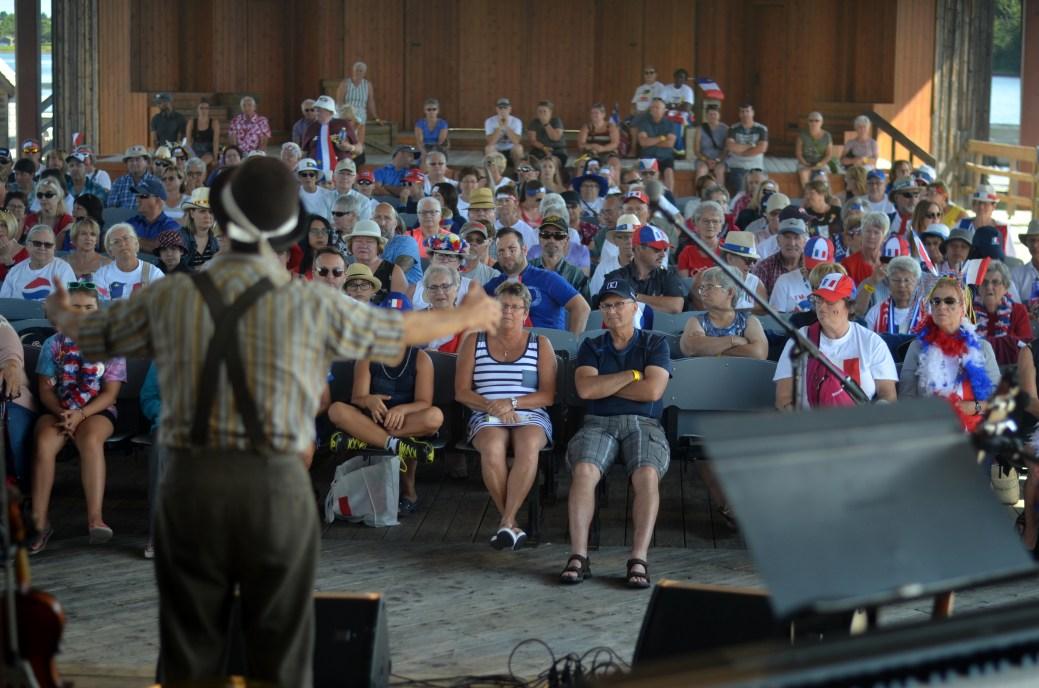 Le personnage de Walk Alone raconte l'histoire de l'Acadie à la foule rassemblée à l'Île-aux-Puces, jeudi matin. Acadie Nouvelle: Jean-Marc Doiron