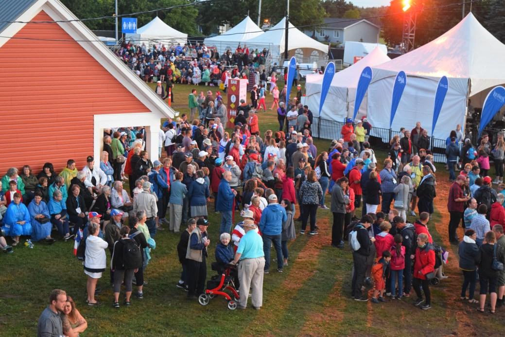 Une partie de la foule sur le site du concert à Abram-Village, samedi soir. - Acadie Nouvelle: Sylvie Mousseau