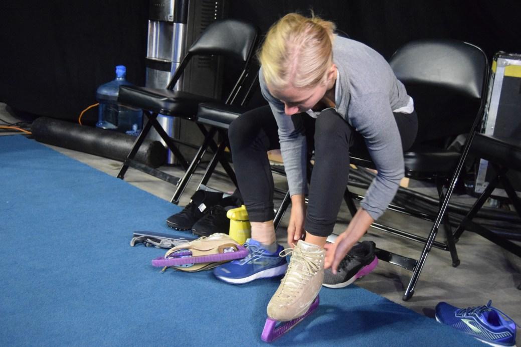 La patineuse Silja Dos Reis chausse ses patins avant d'entreprendre une séance d'entraînement au Centre Avenir. - Acadie Nouvelle: Sylvie Mousseau