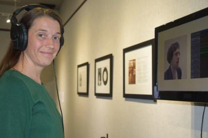La commissaire de l'exposition Les histoires nécessaires, Véronique Leblanc, devant une installation de Rémi Belliveau à la Galerie Moncton. - Acadie Nouvelle: Sylvie Mousseau