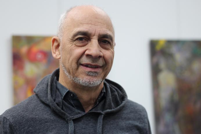 Le collectionneur d'oeuvres d'art Daniel Chiasson au milieu de sa galerie Art-Artiste à Dieppe. - Acadie Nouvelle: Sylvie Mousseau