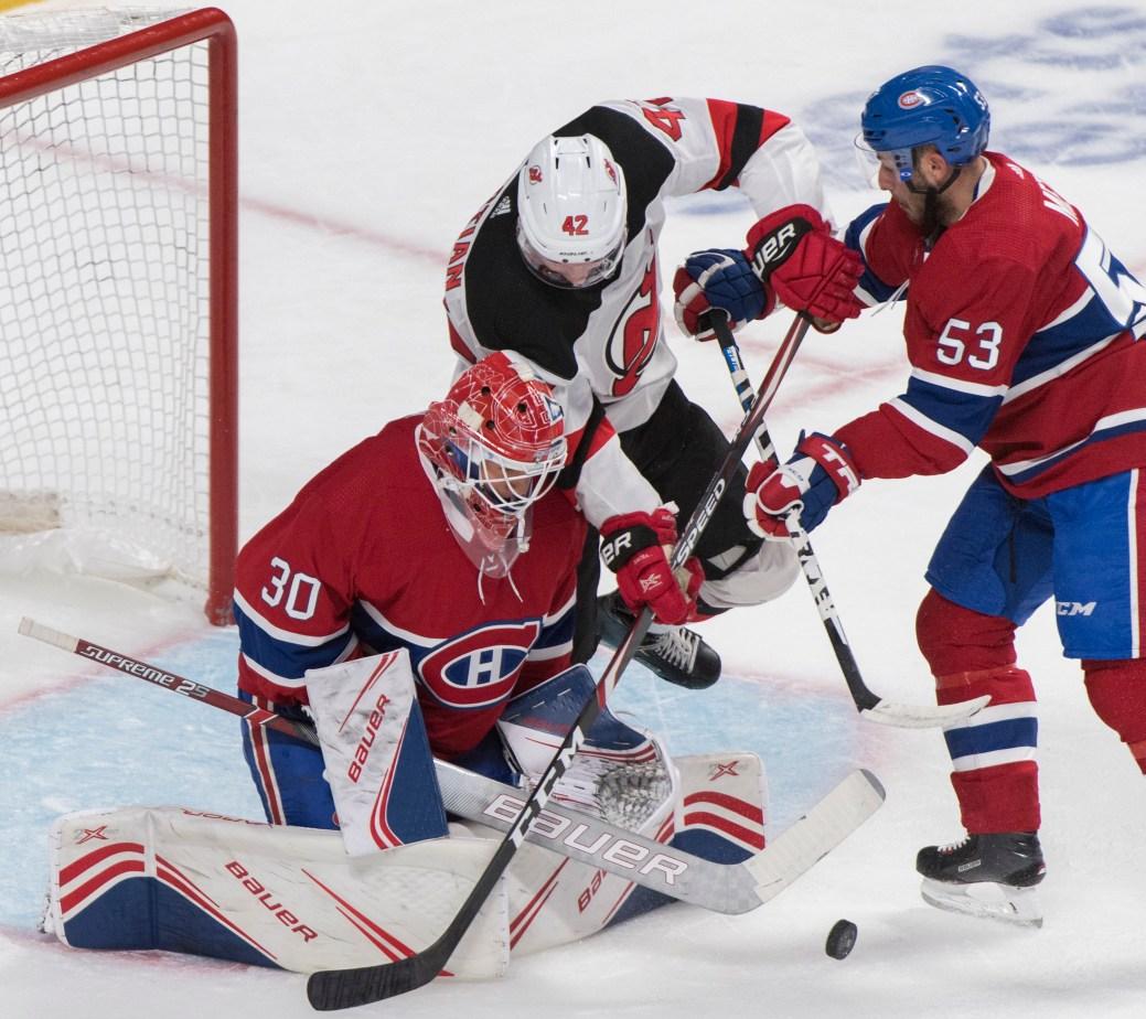 Nathan Bastian (42) des Devils du New Jersey attaque la cage défendu par le gardien Cayden Primeau des Canadiens de Montréal alors que Victor Mete (53) des Canadiens tente de le déloger. - PC