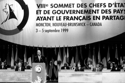 Le président de la République Française, Jacques Chirac, prononce un discours devant ses homologues, à Moncton, en 1999. - Archives