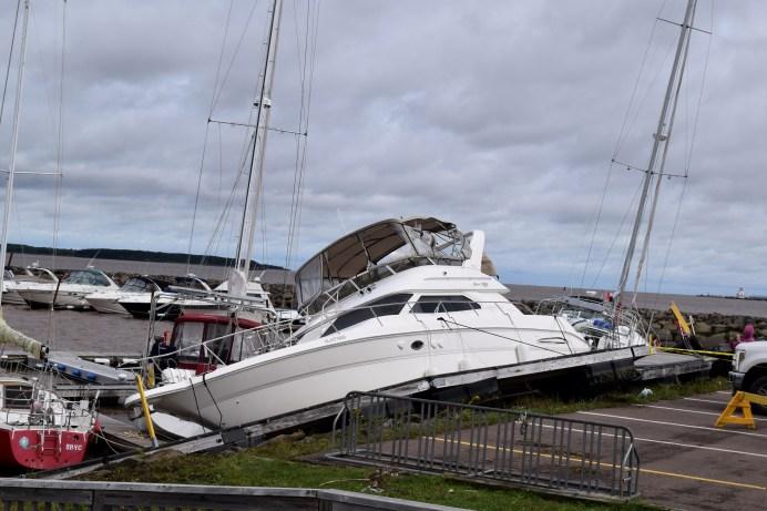 L'un des bateaux de la marina s'est retrouvé sur un rocher, le quai y compris. - Acadie Nouvelle: Alexandre Boudreau