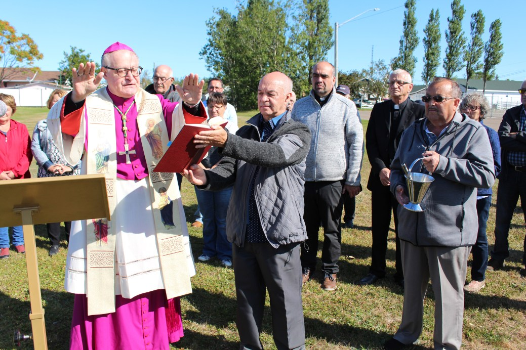 Monseigneur Daniel Jodoin procède à la bénédiction des lieux où reposera la nouvelle église de Bas-Caraquet. - Acadie Nouvelle: Réal Fradette