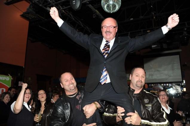 Le député Yvon Godin est soulevé par les jumeaux Noël et Joël Sonier de Tracadie lors de sa victoire en 2008. - Archives