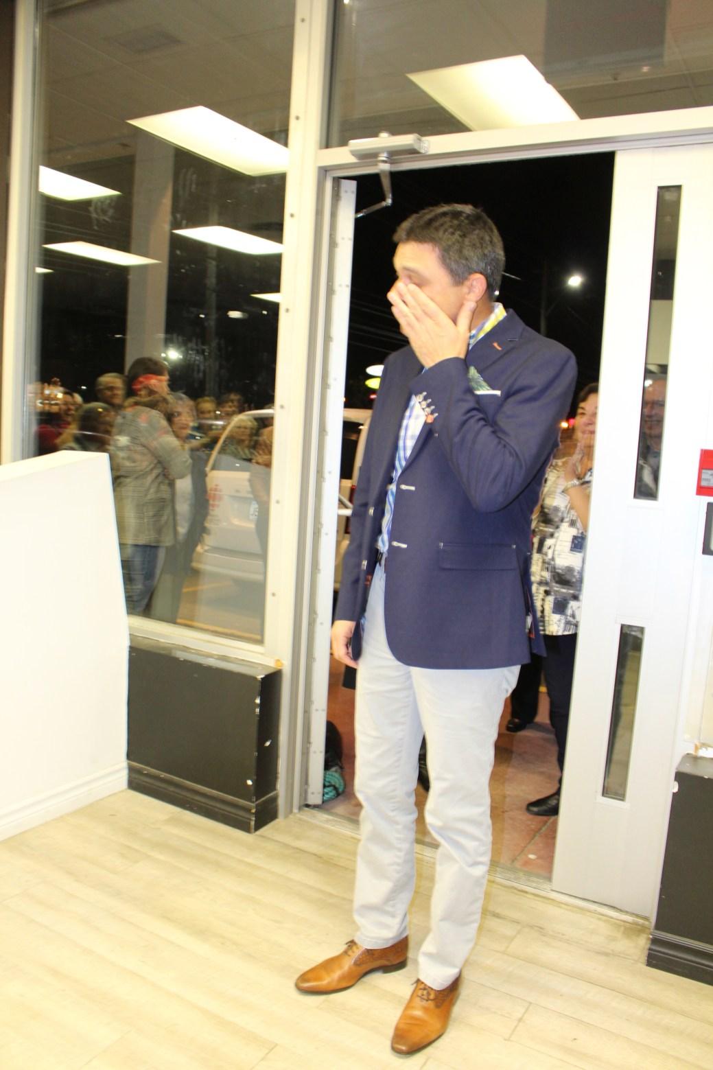 Serge Cormier essuie une larme à son entrée à son lieu de rassemblement, lundi soir. - Acadie Nouvelle: Réal Fradette 21 octobre 2019