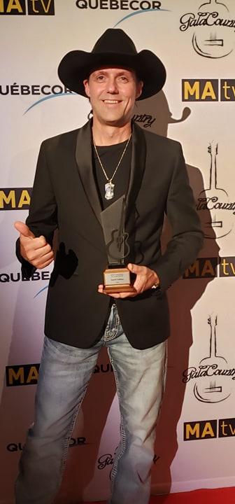 Laurie LeBlanc est reparti du 7e Gala Country avec en main la statuette de l'auteur-compositeur-interprète de l'année. - Courtoisie