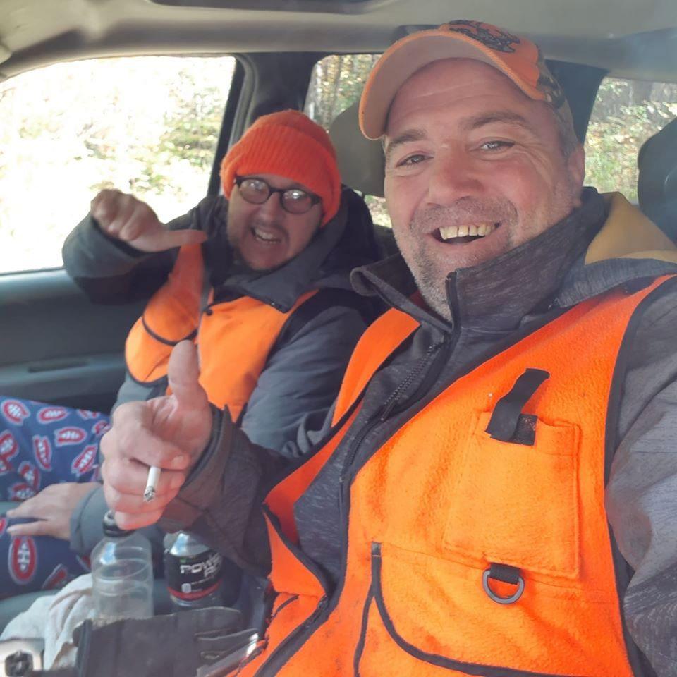 Une grande amitié lie Yves Thibault (à gauche) et Sylvain Sinclair. On les voit ici lors d'une petite partie de chasse plus tôt cet automne. - Gracieuseté