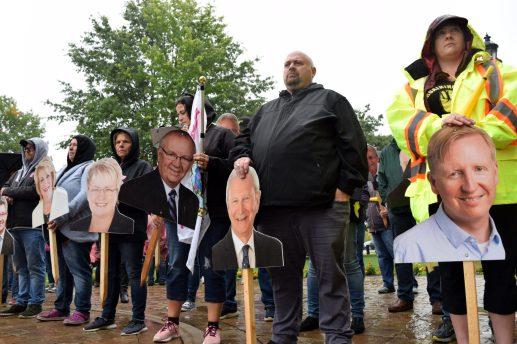 En septembre, les travailleurs des foyers de soins ont recréé un vote devant l'Assemblée législative avec des pancartes à l'effigie des députés. - Archives