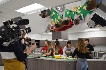 L'équipe de la série télévisée Jeunes chefs en mission tourne un épisode à l'école Louis-J.-Robichaud à Shediac. On peut apercevoir les élèves en action. Acadie Nouvelle: Sylvie Mousseau