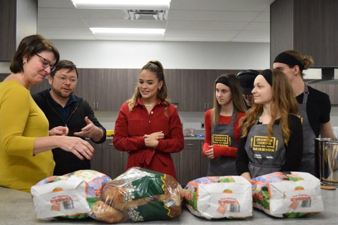 Louise Desilets de la ferme GMA explique au groupe les différentes sortes de pommes de terre cultivées au Nouveau-Brunswick. Acadie Nouvelle: Sylvie Mousseau
