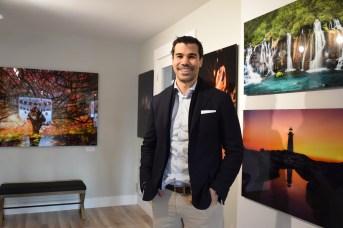 André Poirier devant quelques-unes de ses photos dans la galerie. - Acadie Nouvelle: Sylvie Mousseau
