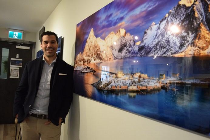 André Poirier devant sa photographie prise en Norvège. - Acadie Nouvelle: Sylvie Mousseau