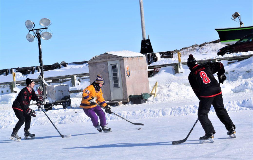 La catégorie compétitive a encore été remportée par les Young Bloods (gilets noirs) sur les Kings. - Acadie Nouvelle: David Caron