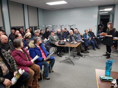 Krysta Cowling s'adresse aux résidents réunis. - Acadie Nouvelle: Marc Poirier