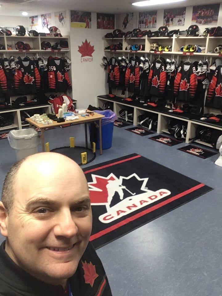 Serge LeBlanc dans le vestiaire de l'équipe nationale de hockey féminin aux Jeux de PyeongChang en 2018. - Gracieuseté
