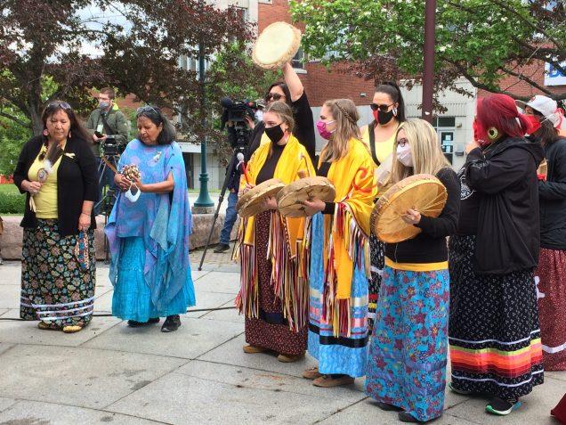 La marche de guérison à la mémoire de Chantel Moore a été suivie d'une cérémonie tenue à Place de l'hôtel-de-ville à Edmundston. - Acadie Nouvelle: Sébastien Lachance