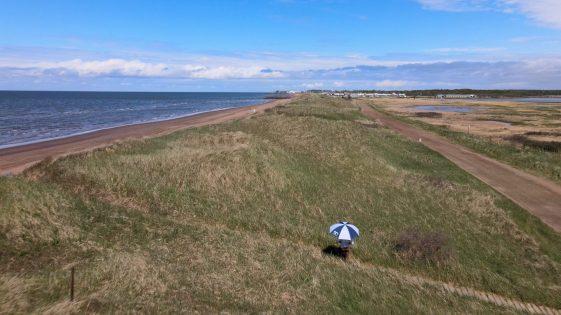 Les dunes côtières séparent la plage de l'Aboiteau des marais de Cap-Pelé. - Acadie Nouvelle: Simon Delattre