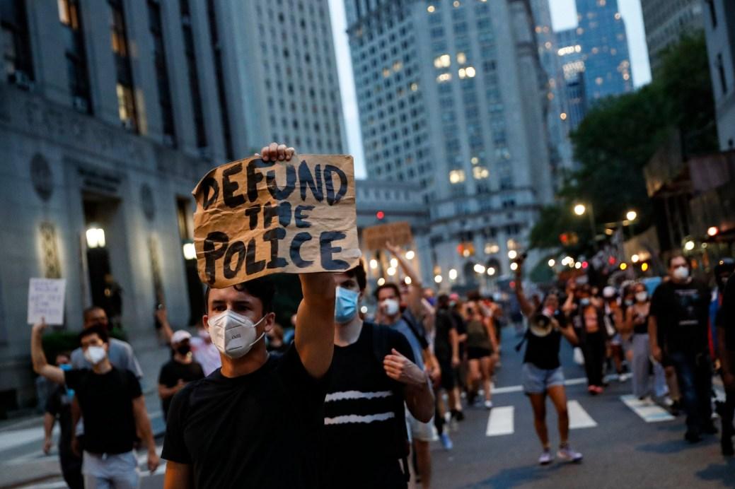 Aux États-Unis, c'est la mort de George Floyd, un Noir du Minnesota étouffé par un policier blanc, qui a relancé le débat sur le financement de la police. - Archives