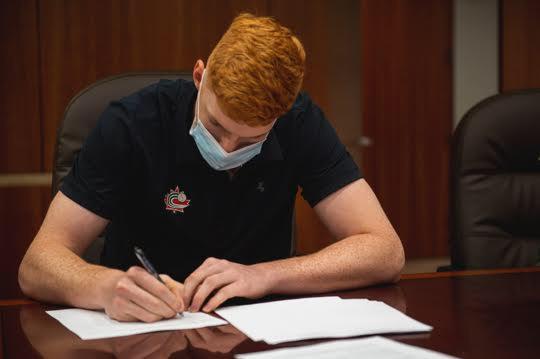Owen était encore âgé de 17 ans lorsqu'il a paraphé son premier contrat professionnel le mois dernier. - Gracieuseté