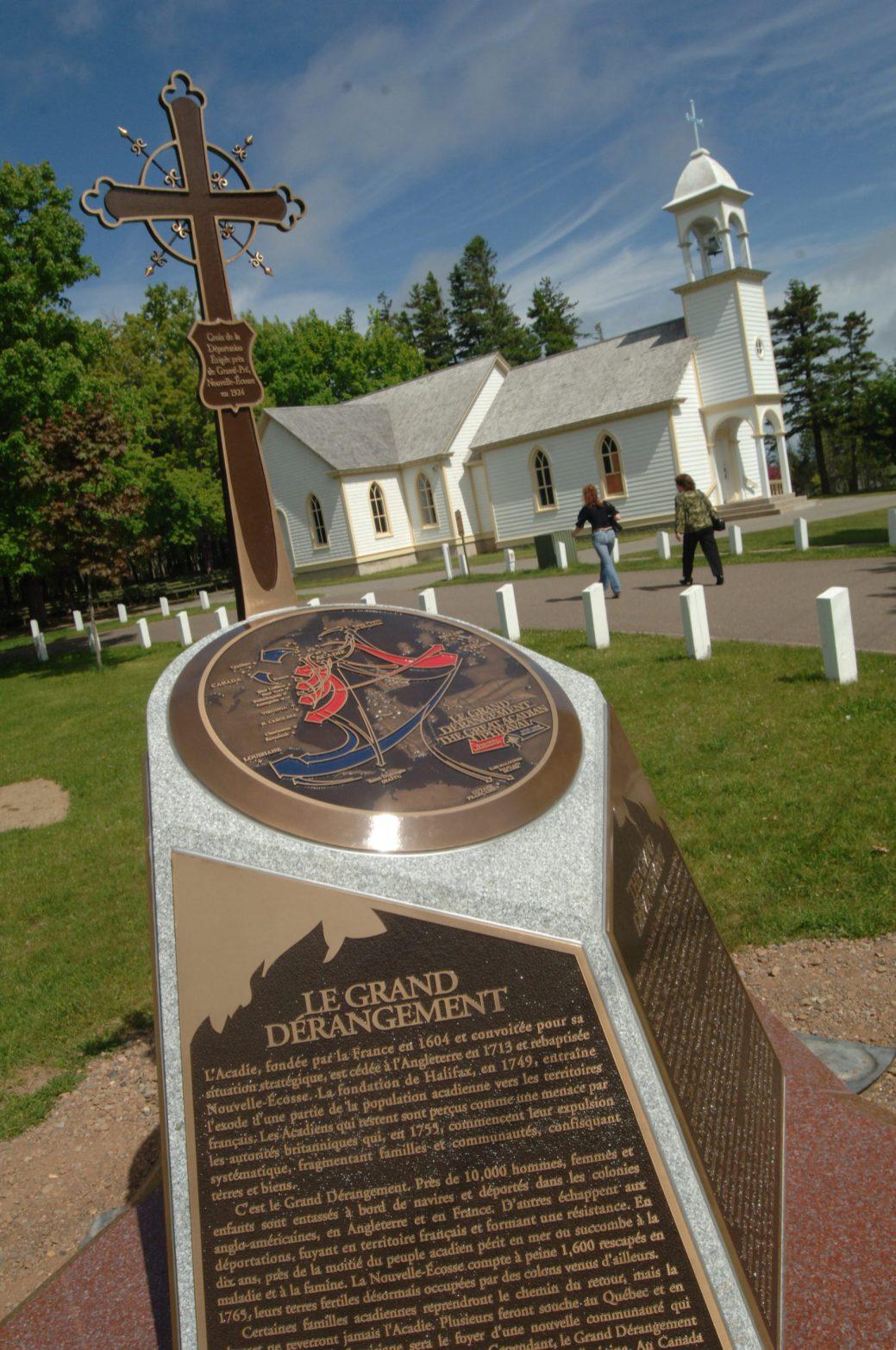 Une des façades du monument de l'Odyssée acadienne situé à Caraquet résume les événements du raid du capitaine Roderick MacKenzie, survenu dans le nord-est de ce qui est aujourd'hui le Nouveau-Brunswick. - Archives