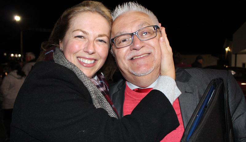Le nouveau député libéral de Shippagan-Lamèque-Miscou, Éric Mallet, a reçu de chaleureuses félicitations de sa fille Lysanne. - Acadie Nouvelle: Réal Fradette