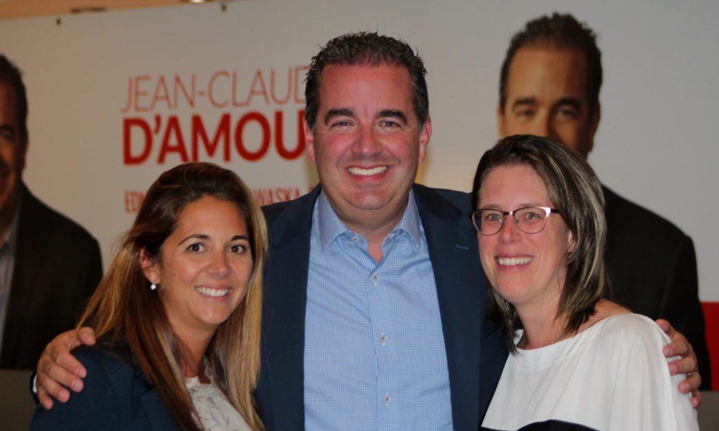 Le libéral Jean-Claude D'Amours en compagnie de sa conjointe (droite) et sa gérante de campagne (gauche) lors de la soirée électorale. - Acadie Nouvelle: Allison Roy.