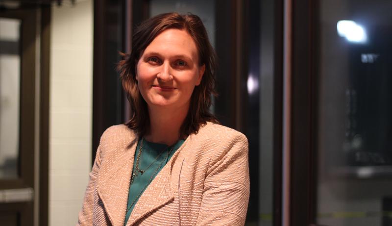 Megan Mitton a veillé tard devant le bureau de vote du Civic Centre à Sackville, où de nombreux étudiants ont essuyé des refus. - Acadie Nouvelle: Simon Delattre