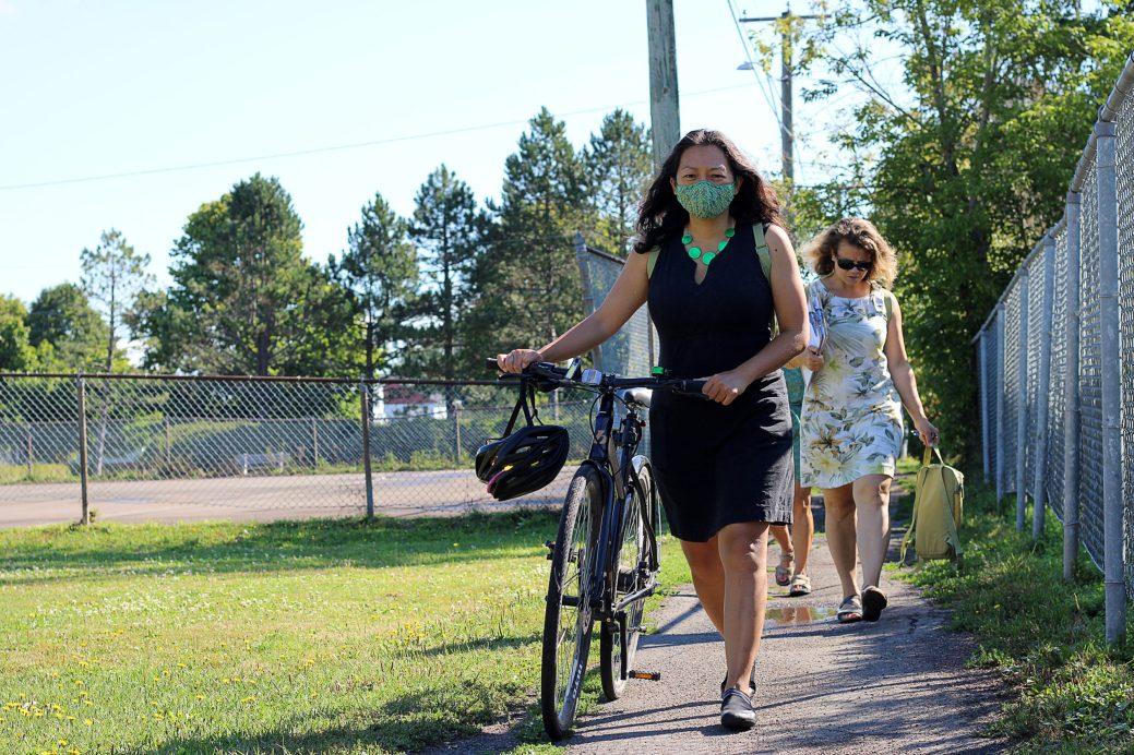 Carole Chan se sépare rarement de son vélo lors de la saison chaude. - Acadie Nouvelle: Simon Delattre
