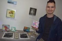 Mathieu Hébert montre quelques-unes des oeuvres de l'exposition d'art miniature. - Acadie Nouvelle: Sylvie Mousseau