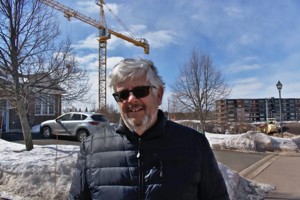 Jacques Robichaud pense qu'un immeuble résidentiel changerait le lotissement tranquille qu'il habite depuis 16 ans près du golf Fox Creek à Dieppe. - Acadie Nouvelle: Cédric Thévenin