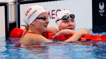 Danielle Dorris (à droite), félicité par sa coéquipière Camille Bérubé après sa deuxième place au 100 mètres dos S7. - Gracieuseté: Comité paralympique canadien