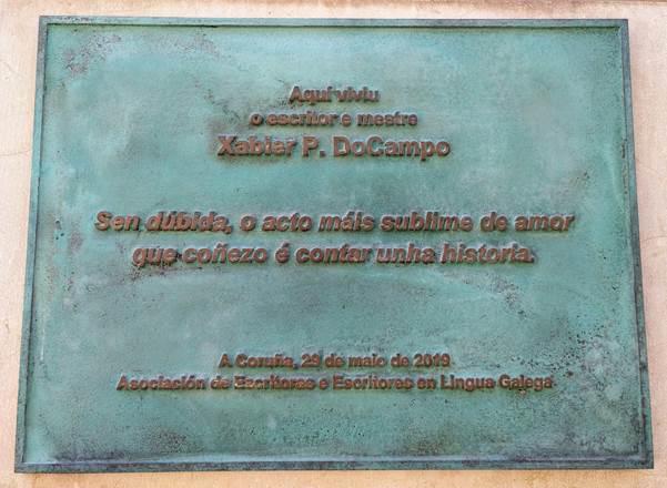 Placa no portal da casa de Xabier Docampo