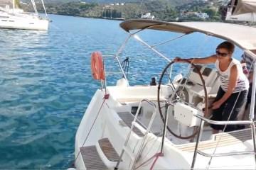 Una barca a vela si schianta in ormeggio
