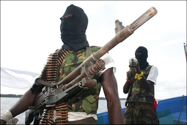 SLUG: nigeria INPUTDATE: 2006-03-05 12:07:44.183 CREDIT: Craig Timberg/STAFF/TWP LOCATION: Okerenkoko, , nigeria CAPTION: Niger delta militants display their weapons while talking to journalists. Sent by: Craig Timberg Photo Editor: