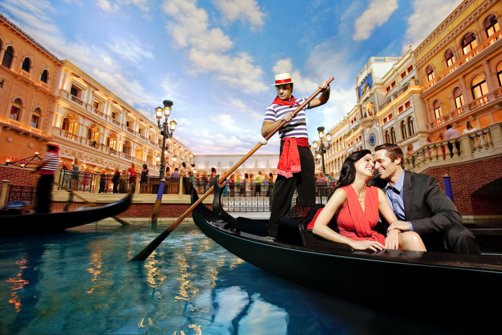 12-things-do-experience-on-your-honeymoon-luxury-travel-blog-gondola-ride-venice-728x485