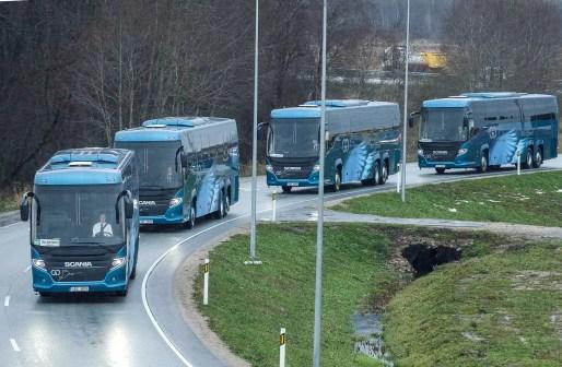 bussiga sõitjaid