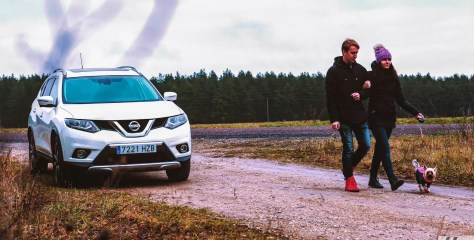 """Eksperiment: Kas Nissan X-Trail 4Dogs """"koeramobiil"""" karvast sõpra ka päriselt kõnetab?"""
