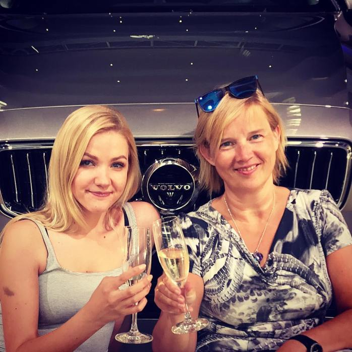 Eesti nais-autokirjutajad tähistavad uustulnukat vuliseva õunamahlaga. Elu on mõnikord täitsa Volvo!