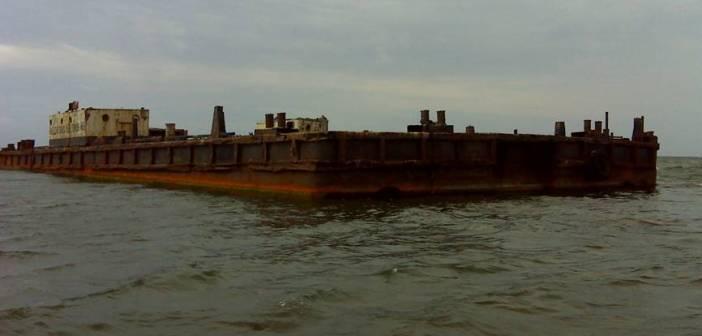Saaremaal Möldri lahes seisnud ujuvkraana vrakk koristati lõpuks merest