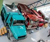 Isegi mõned veoautod on muuseumi katuse alla ära mahtunud. Vasakul T162 prototüüp aastast 1987, Dakari maratonralli võitnud T 815 4x4 aastast 1988 ning nelikveolise väikeveoki T805 armee- ja reisiversioon