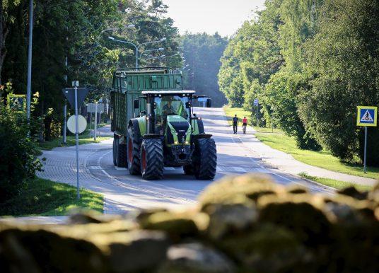 Probleem: hooletud põllutöömasinate juhid sõidavad elektriliine maha