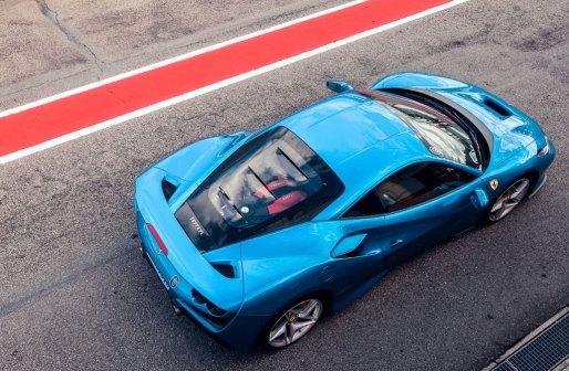 soome suurim luksus- ja superautode maaletooja laieneb Eestisse